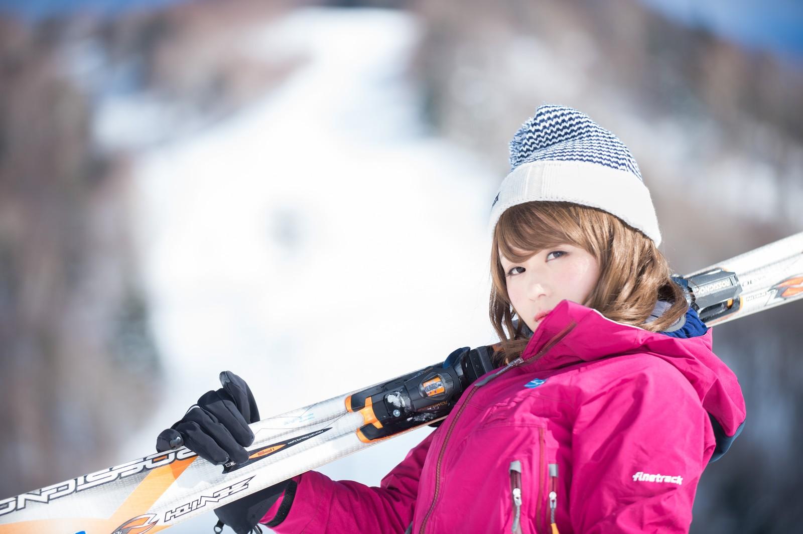 スキーする女性 イメージ